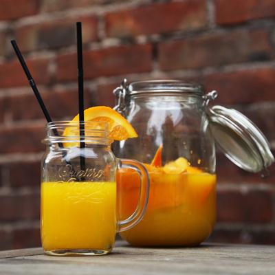 Jus de fruits frais pour le brunch. Citronnade, café, thé, chocolat chaud